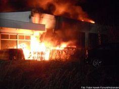 Nach Brandstiftung greift Feuer auf Autohaus über http://www.feuerwehrleben.de/nach-brandstiftung-greift-feuer-auf-autohaus-ueber/ #feuerwehr #firefighter