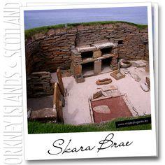 Skara Brae es un yacimiento donde se han encontrado casas del 3.000 a.C. Todas las casas tienen la misma estructura: un hogar central para el fuego y separaciones pegadas a la pared a modo de pequeñas habitaciones o alcobas... y estanterías.