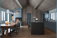 Bilderesultat for jernvitrol trebitt Modern Lodge, Cosy Kitchen, Cabin Kitchens, Cabin Interiors, Dining Room Inspiration, Tiny Spaces, Cabin Homes, House In The Woods, Kitchen Design