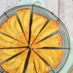 Deze boterkoek met appel is een variatie op de klassieke boterkoek. Door de toegevoegde citroenrasp en de appel is deze boterkoek heerlijk smeuïg en fris!