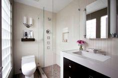 Kleines Gäste WC mit Duschkabine aus Glas und eleganter Badarmatur