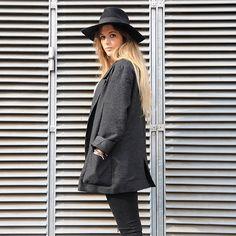 15-colgadas-de-una-percha-anna-duarte-cropped-jeans-b-&-w-blanco-y-negro-sombrero-hat-mocasines-loafers-blazer-lana-wool-gris-grey-3