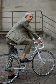 fixie to suit. Not sure about fixies, though they would work well. There is a trendiness I find annoying. With a suit, looks like an uncomfortable ride, fixie or no.