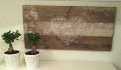 stap 1) 3 ''oude'' stijgerhouten planken aan elkaar bevestigen stap 2) de nagels sla je in het stiegerhout in een vorm van een hart stap 3) trek dan de draad van het ene nageltje naar het anderen. zo krijg je een overduidelijk hart en mooi schilderij, leuk om te maken en zo klaar.