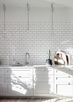 Light and cozy home - via Coco Lapine Design Kitchen, ideas, diy, house, indoor, organization, home, design, cook, shelving, backsplash, oven, desk, decorating, bar, storage, table, interior, modern, life hack.