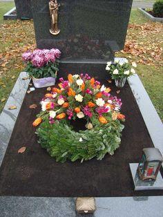 Gärtnerei-Nikel aus Ostermünchen | Allerheiligen Funeral Flower Arrangements, Floral Arrangements, Flower Basket, Flower Boxes, Cemetery Decorations, Casket Sprays, Flower Decorations, Floral Wreath, Projects To Try