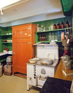 Brunmalt isskap og magasinkomfyr fra utstillingen i kjøkkenet hos stiftelsen Kløckers hus, Arendal Bymuseum. Kitchen Cart, Liquor Cabinet, Storage, Furniture, Home Decor, Asylum, Purse Storage, Kitchen Trolley, House Bar