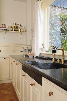 Handgemaakte keukens op maat - De Zeug, www.dezeug.nl Bread Kitchen, Aga, Kitchen Cabinets, Kitchens, Windsor, Faucet, Home Decor, Country, Ideas