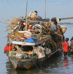 A Pinasse arrives with cargo in Segou, Mali.     Ndalama African Desert Crafts