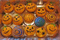 I cupcakes alla zucca sono tra le ricette di Halloween più originali e gustose di sempre: semplici da preparare, possono essere decorati sia con un frosting con philadelphia, burro e zucchero a velo che con ganache al cioccolato fondente
