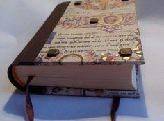CAPRICHO. Libro medieval (detalle de las tachuelas). Encuadernación artesanal en Taller 35