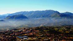 Oviedo, con la sierra del Aramo al fondo