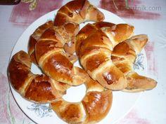Bratislavské rohlíčky:     500 g hladké mouky     150 g změklého másla     60 g moučkového cukru     250 ml mléka     1/2 kostky droždí (kostka - 42 g)     1 vejce     2 žloutky     citrónová kůra     sůl