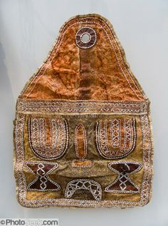 fish skin bag Leather Art, Leather Crafts, Leather Jewelry, Bush Craft, Kinds Of Fabric, Stone Age, Skin Art, Textile Art, Arctic
