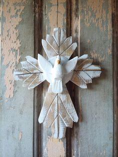 Linda peça decorativa do artesanato mineiro. <br>Todo feito em madeira essa cruz trará proteção e beleza ao seu lar. <br>Este modelo mede aproximadamente 22 cm de altura x 18 cm de largura.