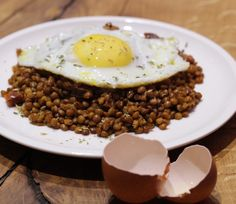 Lentejas salteadas con huevo a la plancha Chorizo, Muffin, Eggs, Breakfast, Food, Lentils, Stir Fry, Cooking Recipes, Planks