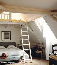 A mezzanine under the eaves like a cabin Source by Mezzanine Bedroom, Loft Room, Kids Bedroom, Bedroom Decor, Tiny Loft, Attic Conversion, New Room, Home Renovation, Bunk Beds