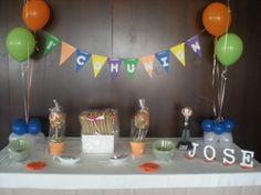 Mesa Dulce para la Comunión de Jose, todo personalizado!     Centros de globos, un banderín, una fafucha, su nombre en letras de madera, árboles de chuches, brochetas de chuches, lacasitos, y monedas de chocolate!