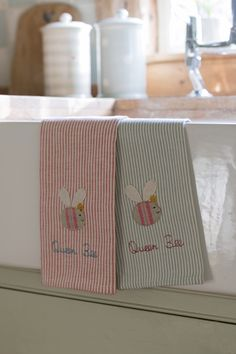 Set of two tea towels appliqued with a large Queen Bee.  Combine with the Bee apron.  100% cotton tea towels (pack of 2).