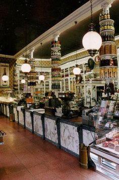 """Camilo de Blas, en 1914 se abre la primera confiteria en Oviedo,creando un dulce que identifique a los Ovetenses. este dulce sera conocido como """"Carbayones"""" Oviedo Asturias"""