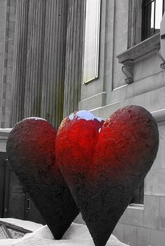 The Twin 6' Hearts sculpture by by Jim Dine (1996) outside La Musee des beaux-arts du Montreal