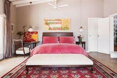 En el cuarto principal, cama con respaldo en madera y cuero (Eugenio Aguirre), lámparas colgantes de opalina de los años 60 (La Pasionaria), banqueta comprada en un remate y alfombra de Marruecos.  /Gentileza Sofía Oneto
