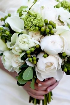 Elegant Garden Modern Spring Summer Winter Green Ivory White Bouquet Wedding Flowers Photos & Pictures - WeddingWire.com