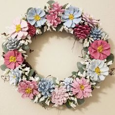 This Pin was discovered by Jul Pine Cone Art, Pine Cone Crafts, Pine Cones, Nature Crafts, Fall Crafts, Diy And Crafts, Pine Cone Flower Wreath, Painted Pinecones, Pinecone Ornaments