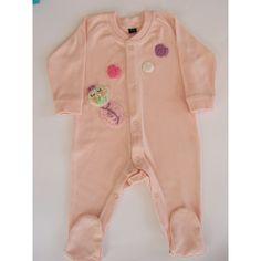 Pijama 100% algodón suave y elástico con automáticos delanteros.     Decorado con unos tiernos corazones y un bebé de ganchillo.    Elásticos en puños y cuello. Pies cerrados.    Colores rosa claro y azul claro.