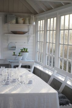 This seating area puts a shout out for entertaining or a Sunday brunch - love the morning light from the windows!