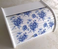Bread Boxes, Decoupage Art, Diy Box, Easy Diy Crafts, Painting On Wood, Chalk Paint, Painted Furniture, Blue And White, Hand Painted