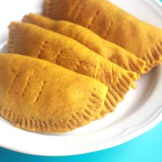 This dish is one of the most famous and likeable Jamaican snacks, as it's great for on the go and has an even greater taste! Jamaican Cuisine, Jamaican Dishes, Jamaican Recipes, Jamaican Roti Recipe, Meat Patty Recipe, Patties Recipe, Jamaican Beef Patties, Jamaican Patty, Bahamian Food