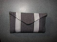 ce modèle est en forme d'enveloppe, et dispose toujours d'une poche pour les filtres et les feuilles