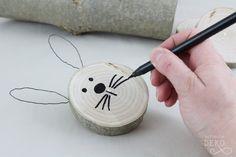 diy-osterhase-aus-baumscheibe-basteln Easter Crafts, Cross Stitch Patterns, Diy And Crafts, Projects To Try, Wood, Free, Kindergarten, Kids, Design