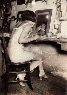 Louise Brooks style behind the scenes in the Revue Theatre Femina 1928 Austria Louise Brooks, Man Ray, Cabaret, Roaring Twenties, The Twenties, Kasimir Und Karoline, Kiki De Montparnasse, Style Année 20, 1920 Style