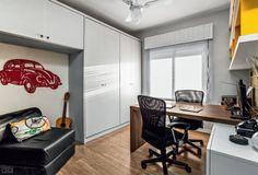 Para valorizar ainda mais o home office, a dupla de arquitetas desenhou três prateleiras (2,30 x 0,30 x 0,03 m), com acabamento de laminado branco. Nos vãos formados por elas, encaixam-se quatro nichos (dois de 35 x 28 x 36 cm e dois de 69 x 28 x 36 cm) laqueados de amarelo.