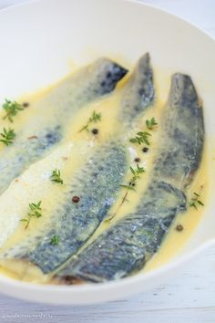 File de macrou la tigaie cu sos de roșii și pătrunjel - Bucate Aromate Fish Recipes, Fresh Rolls, Ethnic Recipes, Face, Diy, Drinks, Kitchens, Bricolage, Diys