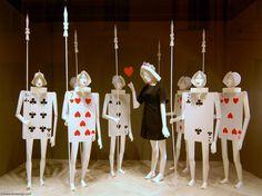 MesVitrinesNYC: Les cartes de Moschino Amalia : escaparate original con un diseño curioso