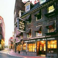 The Union Oyster House,located on the Freedom Trail,near Faneuil Hall,enjoys the unique distinction of being America's oldest restaurant.This Boston fixture,housed in a building dating back to Pre-Revolutionary days,started serving food in 1826 and has continued ever since with the stalls and oyster bar,where Daniel Webster was a constant customer,in their original positions.