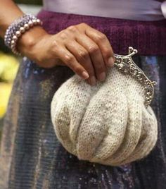 """Ravelry: Day or Night Clutch pattern by Emma King""""Knit up a dainty vintage-inspired clutch for holiday, or any day.Imagine it out of Alchemy's silk straw!The Knitting Needle and the Damage Done: wedding knitsidea for using old jumpers etc. Purse Patterns, Knitting Patterns, Crochet Patterns, Sewing Patterns, Vintage Rosen, Clutch Pattern, How To Purl Knit, Crochet Purses, Knitted Bags"""