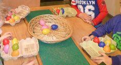 Gezelschapsspel. Nodig: 4x6 eieren in 6 verschillende kleuren, kleurendobbelsteen, 4 eierdozen voor 6 eieren, een mand.