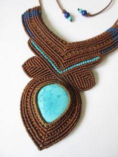 Collier en macramé marron et bleu avec pierre Turquoise du Népal forme cabochon.Fait main en France.