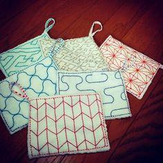刺し子のプチ雑巾♪ 普通のサイズの半分で便利なループ付き、いつでもどこでもサッと使えます。たくさんの色やデザイン……、見ているだけでワクワクしてきませんか??