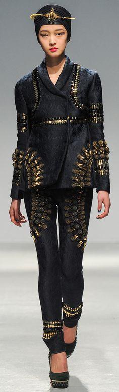 Qui osera le gold Manish Arora ? En tous cas côté accessoires, vous serez servi chez Monnier Frères  : http://fr.igraal.com/codes-promo/Monnier-Freres
