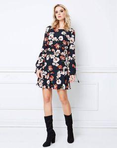 VESTIDO FLORAL ! Apesar de ter um toque mais romântico, com a estampa floral é possível montar até mesmo looks mais ousados ou despojados, confira. #vestido #look #comousar #flores #floral #vestidofloral