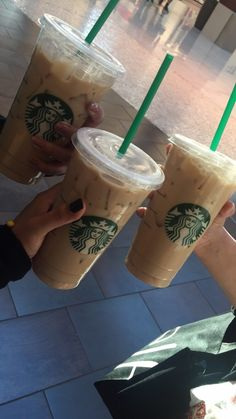 Obsessed with this drink & on We Heart It, Bebidas Do Starbucks, Iced Starbucks Drinks, Copo Starbucks, Healthy Starbucks, Starbucks Recipes, Starbucks Coffee, Iced Coffee, Coffee Drinks, Aesthetic Coffee