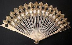 """LeCurieux: abanico en marfil francés de 1810, con varillas en forma de flecha y dispuesto de lente tipo """"lorgnette"""""""