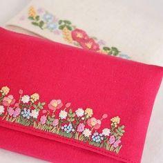 2017.1.4 . テッシュケースを作りました。 . 運を引き寄せそうな色ですね、笑。 . . #刺繍#手刺繍#ステッチ#手芸#embroidery#handembroidery#stitching#자수#broderie#bordado#вишивка#stickerei#花の刺繍#テッシュケース#ハンドメイド# handmade