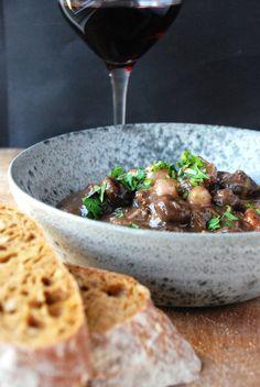 Boeuf Bourguignon med et glas bourgogne, Bøf Bourguignon, oksekød, gryderet, simreret , opskrift, opskrifter, bøf bourgogne