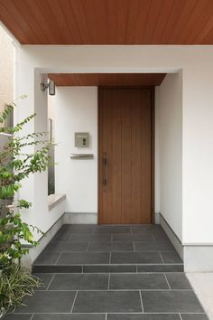 玄関ポーチ: 伊藤一郎建築設計事務所が手掛けた家です。 Japanese Style House, Japanese Home Decor, Entrance Design, House Entrance, Minimalist Home Interior, Home Interior Design, Home Door Design, Front Door Canopy, Muji Home